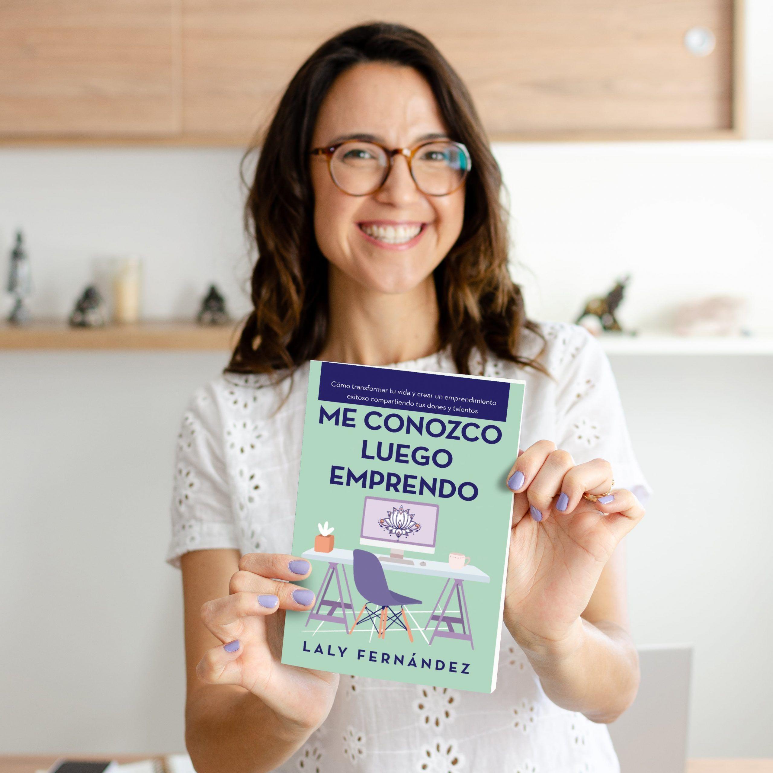 Laly Fernández con su libro Me Conozco Luego Emprendo